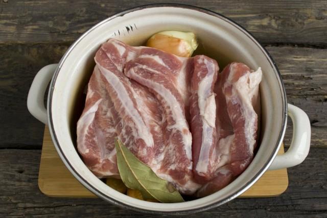 Выкладываем свиную грудинку в кастрюлю