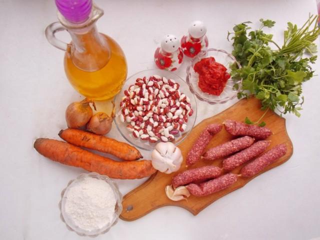 Ингредиенты для приготовления тушёной фасоли с копчёными колбасками в томатном соусе