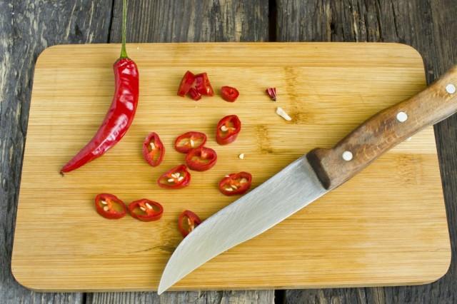 Добавляем нарезанный острый перец чили