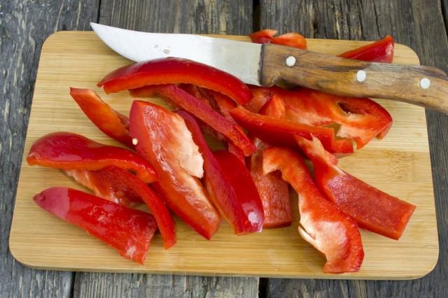 Добавляем к обжариванию сладкий перец