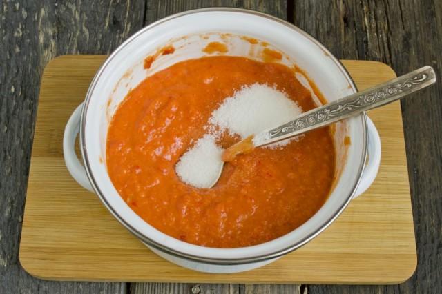 Перекладываем измельчённую массу в кастрюлю. Добавляем соль, сахар и паприку. Доводим до кипения