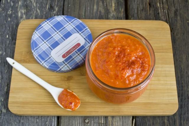 Перекладываем домашний кетчуп из свежих помидоров и болгарского перца в стерилизованные банки