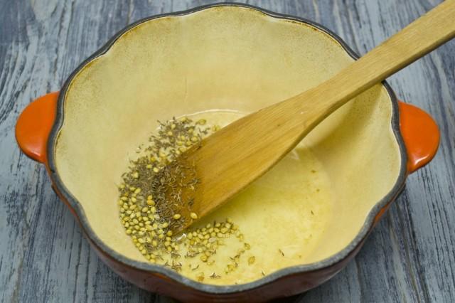 Обжариваем в жире семена зиры и кориандра