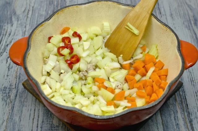 Добавляем репчатый лук, морковь и перец чили