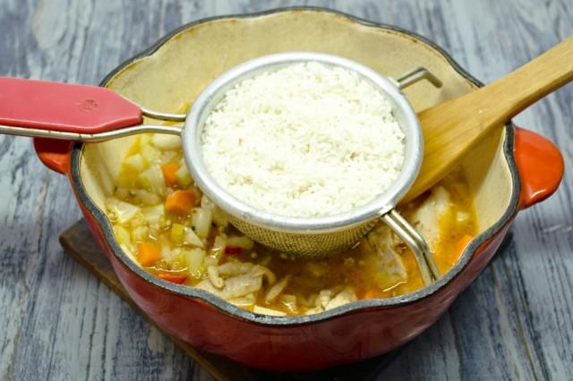 Добавляем промытый длиннозёрный рис