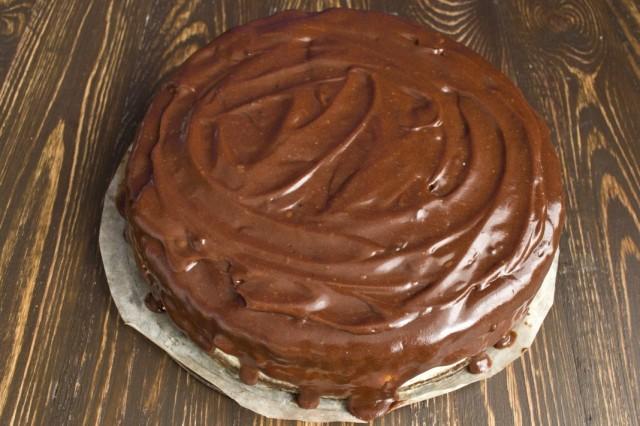 Обмазываем торт шоколадным ганашем