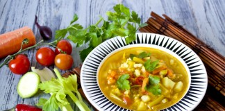 Суп из куриной грудки с цуккини и куркумой