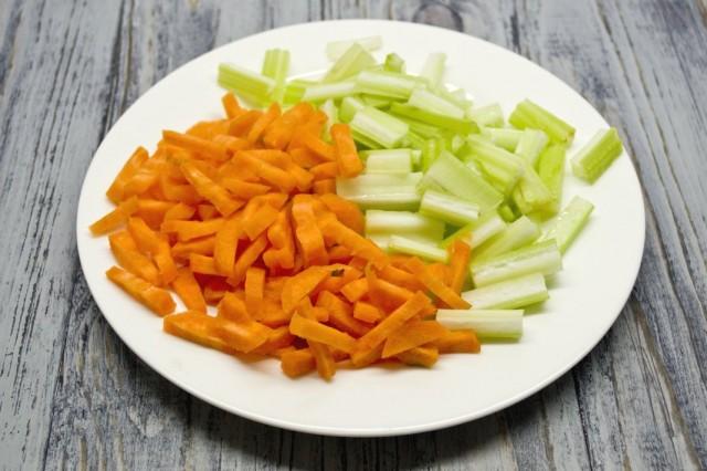 Обжариваем морковь и сельдерей