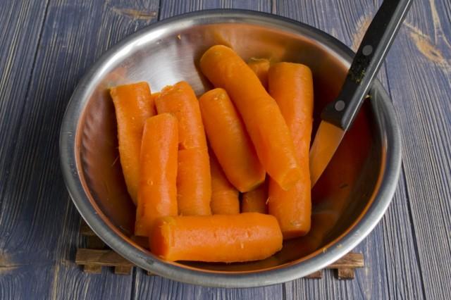 Чистим отваренную морковь