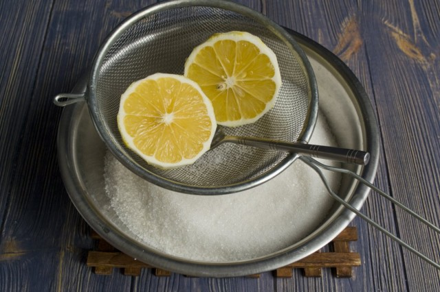 В сахар выжимаем сок лимона