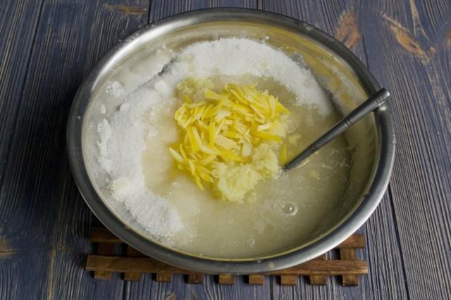 Смешиваем сахар, имбирь и цедру лимона. Добавляем воду и растапливаем на плите