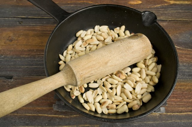 Обжариваем бланшированный арахис
