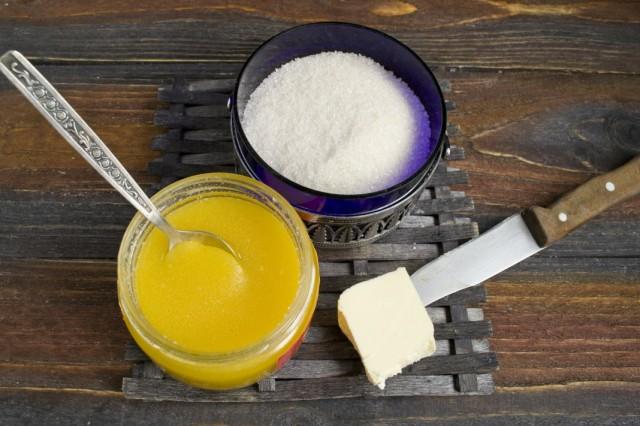 На водяной бане растапливаем сливочное масло, мёд и сахар