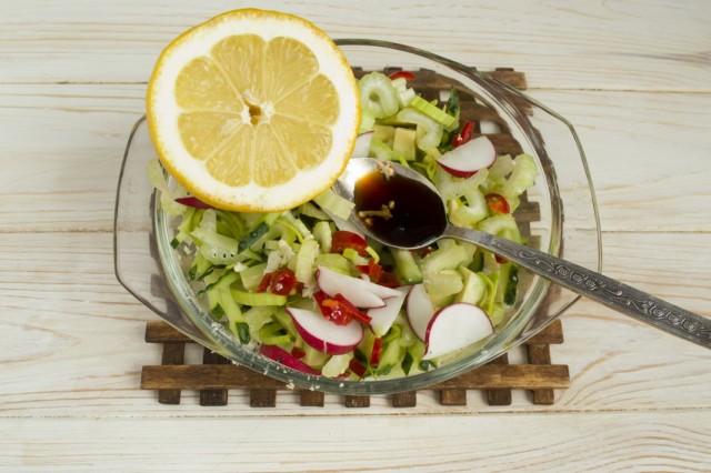 Добавляем сок лимона и рыбный соус, солим