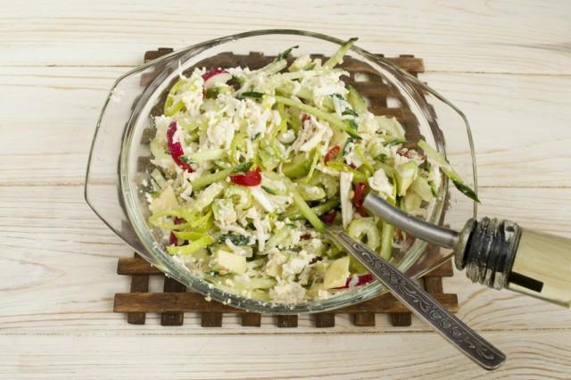 Добавляем оливковое масло и перемешиваем салат