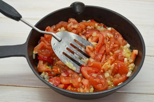 Нарезаем помидоры и тушим вместе с луком