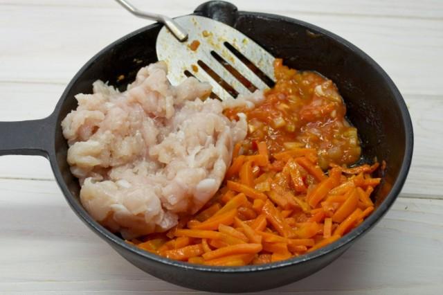 Добавляем пассерованную морковь и фарш