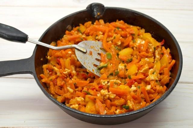 За 5 минут до готовности добавляем сладкий перец, зелень и специи