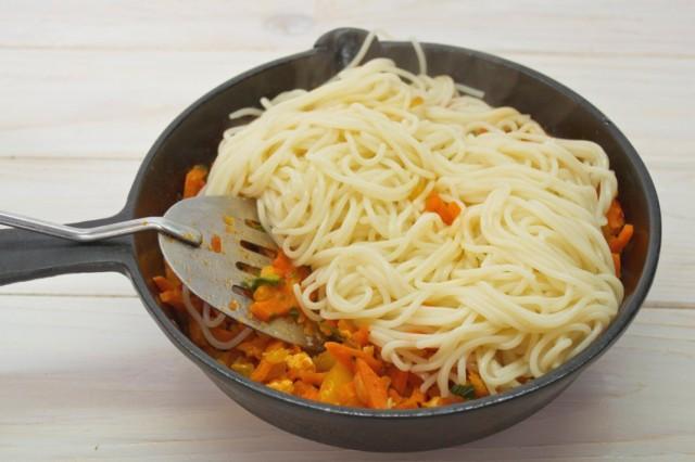 Выкладываем в соус спагетти и перемешиваем