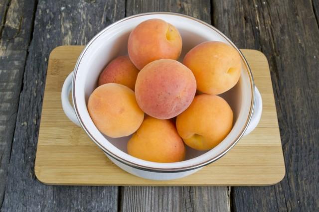 Моем абрикосы в холодной воде
