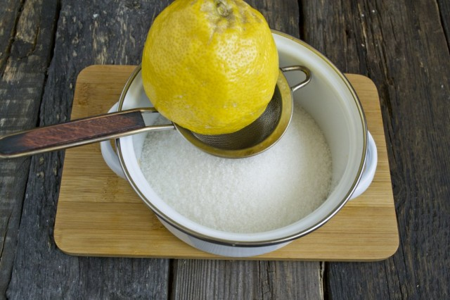 В кастрюлю насыпаем сахар, наливаем воду и добавляем лимонный сок