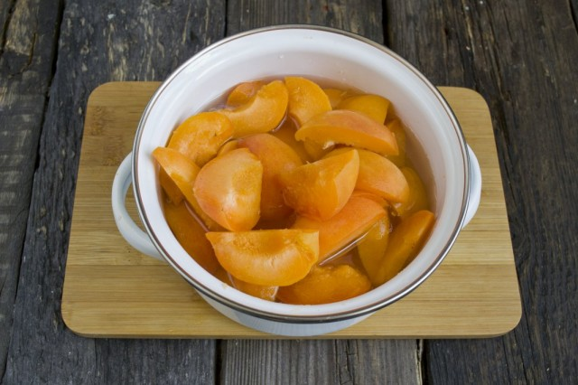 В горячий сироп выкладываем абрикосы и доводим до кипения снимая пенки