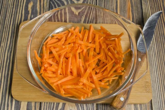Добавляем к обжариванию натёртую морковь