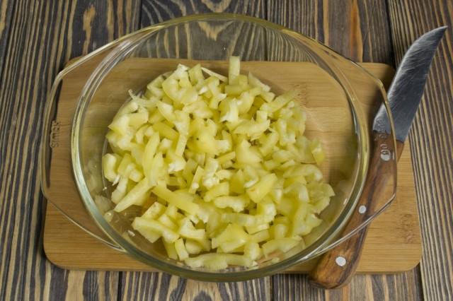 Добавляем в сковороду нарезанный сладкий перец. Обжариваем еще 7 минут
