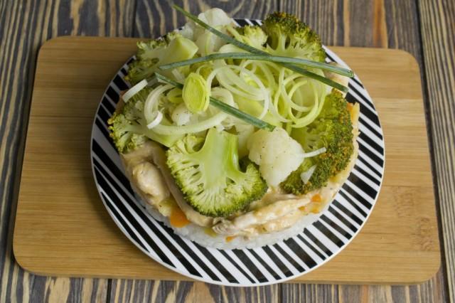Выкладываем бефстроганов из курицы с луком пореем и гарниром из риса с овощами на тарелку