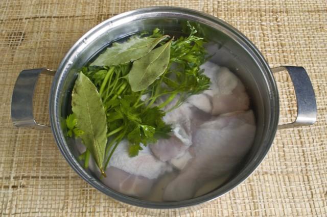 Отвариваем бульон из курицы, добавив зелень и лавровый лист