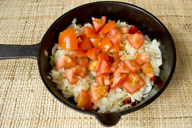 Обжариваем репчатый лук, томаты и острый перец чили