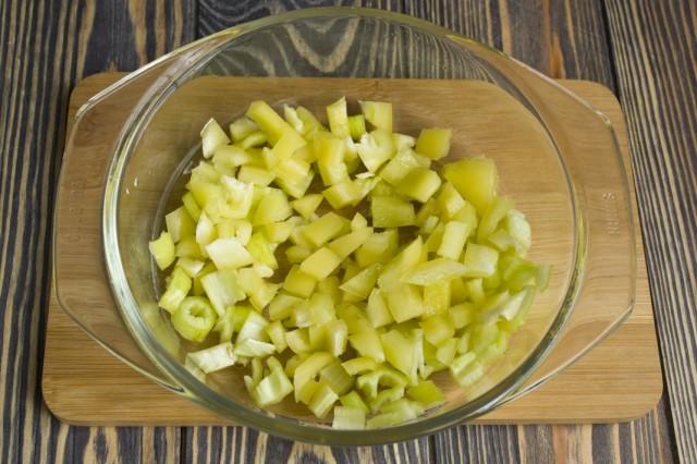 Добавляем сладкий перец и зелёный перец чили