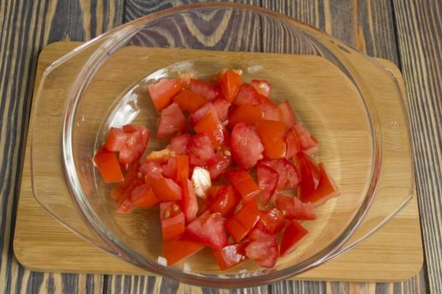 Добавляем к обжаренным овощам и мясу очищенные помидоры