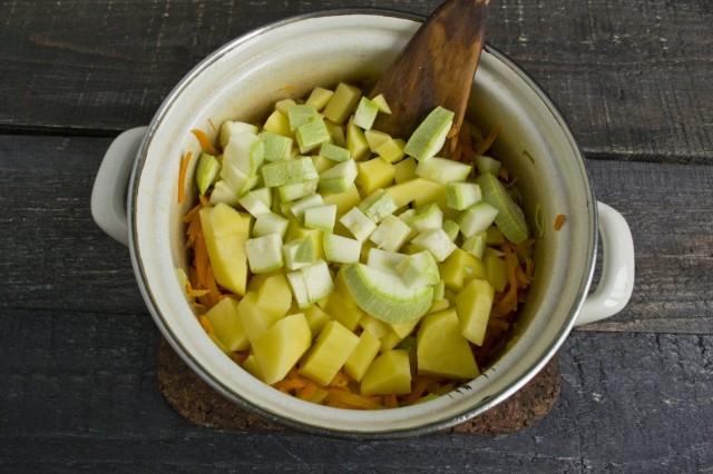 Выкладываем в кастрюлю нарезанные картофель и кабачки