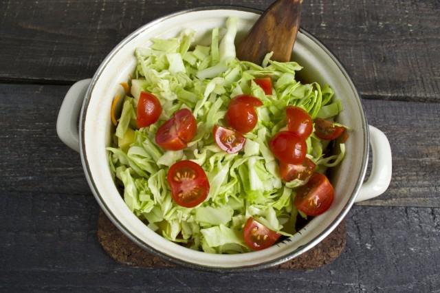 Добавляем нашинкованную капусту и нарезанные помидоры