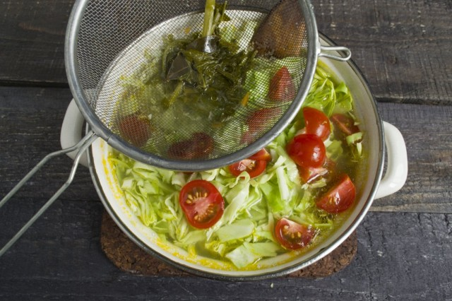Заливаем овощи процеженным куриным бульоном
