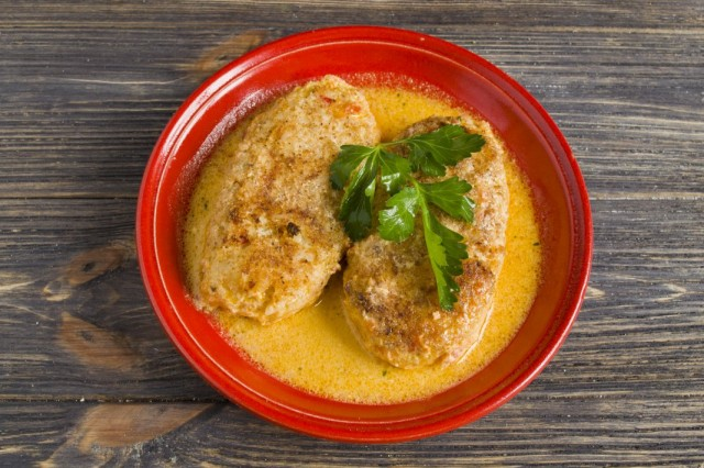 Готовые ленивые голубцы в духовке с рисом и курицей в томатном соусе