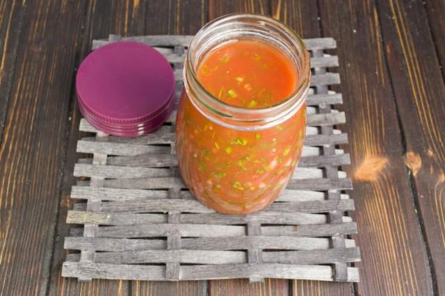 Уваренный соус из перца и помидоров переливаем в банку и закручиваем
