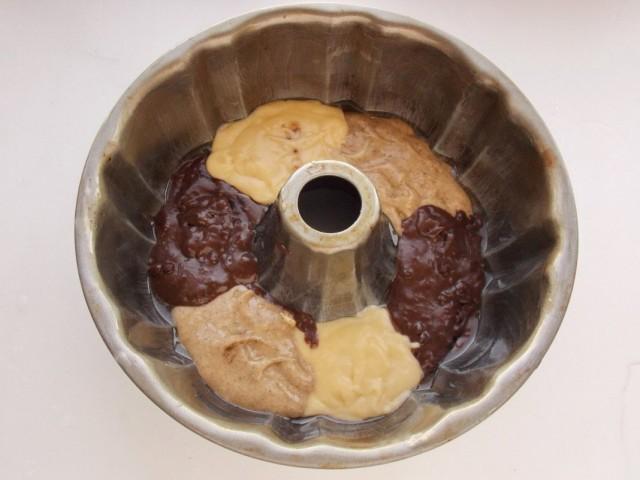 В форму для запекания порциями выкладываем тесто