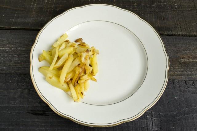 Обжаренный картофель выкладываем на край тарелки
