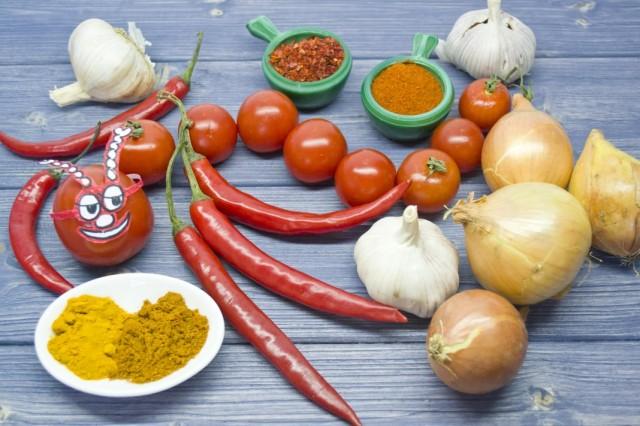Ингредиенты для приготовления острого соуса с чили и помидорами черри