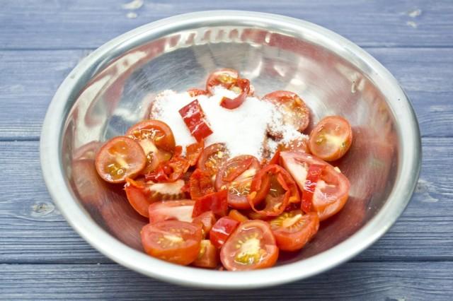 Нарезанные помидоры чери и острый перец чили смешиваем с сахаром