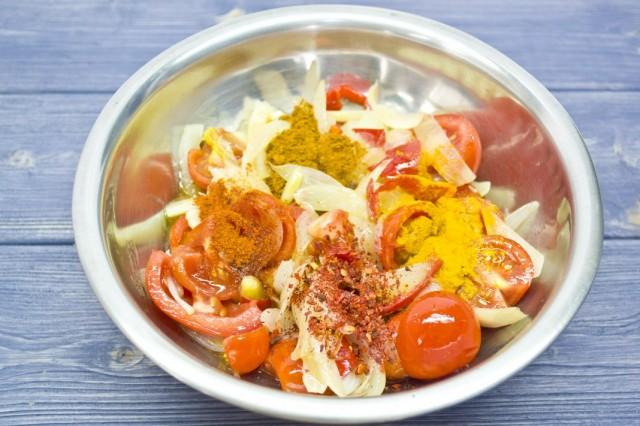 Добавляем к тушеному луку нарезанные овощи с сахаром и специями. Тушим вместе
