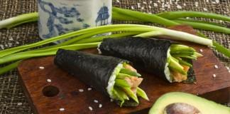 Темаки суши с авокадо и форелью