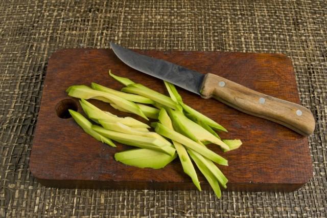 Нарезаем авокадо тонкими полосками