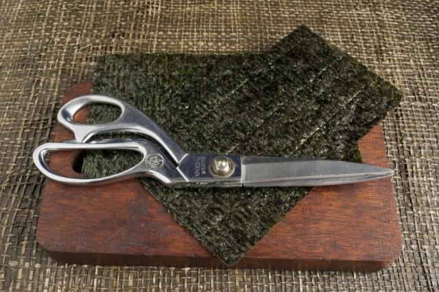 Разрезаем листы нори