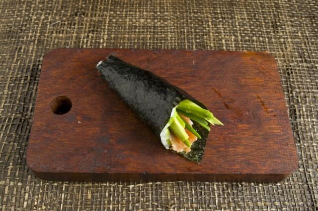 Сворачиваем лист нори с начинкой из авокадо и форели в конус