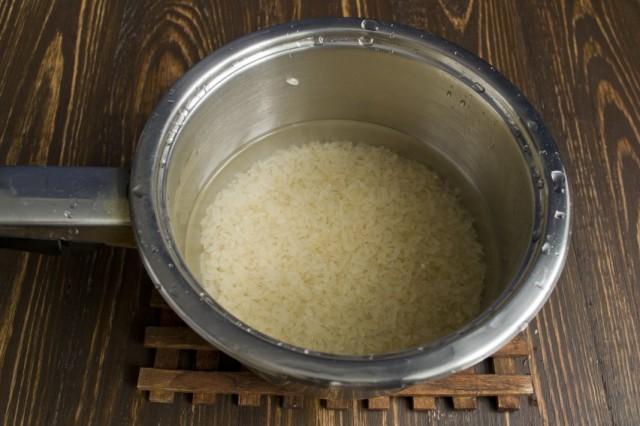 Отдельно отвариваем пропаренный рис