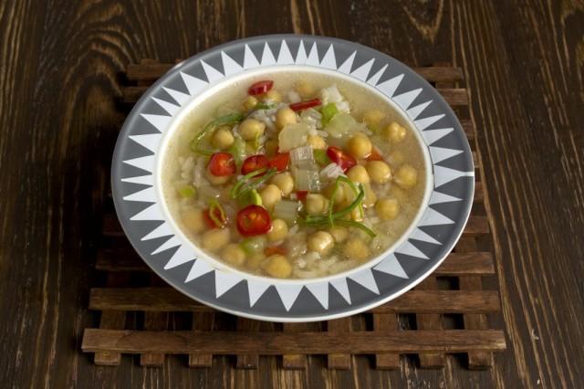 Вегетарианский суп из нута с болгарским перцем, цуккини и рисом