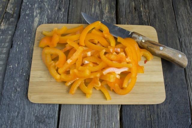 Добавляем нарезанный болгарский перец